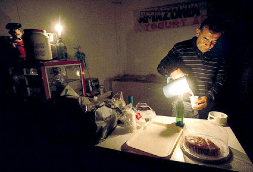 Aunque se había asegurado que se se habría restablecido en un 100% la energía, miles de usuarios continuaban sin luz en distintos puntos del país.