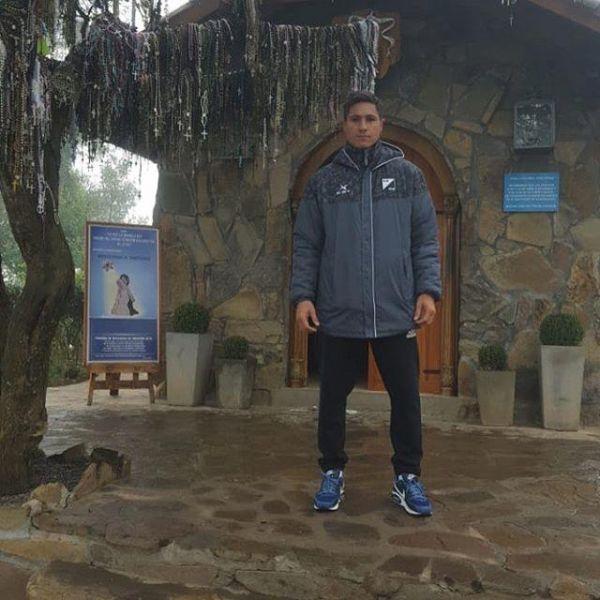 El DT fue a agradecer a la Virgen del Cerro por el asenso.