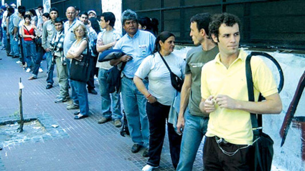 Luego de 13 años, el desempleo volvió a los dos dígitos.  En las 31 ciudades relevadas por el INDEC, suman 155 mil los nuevos desocupados en un año.