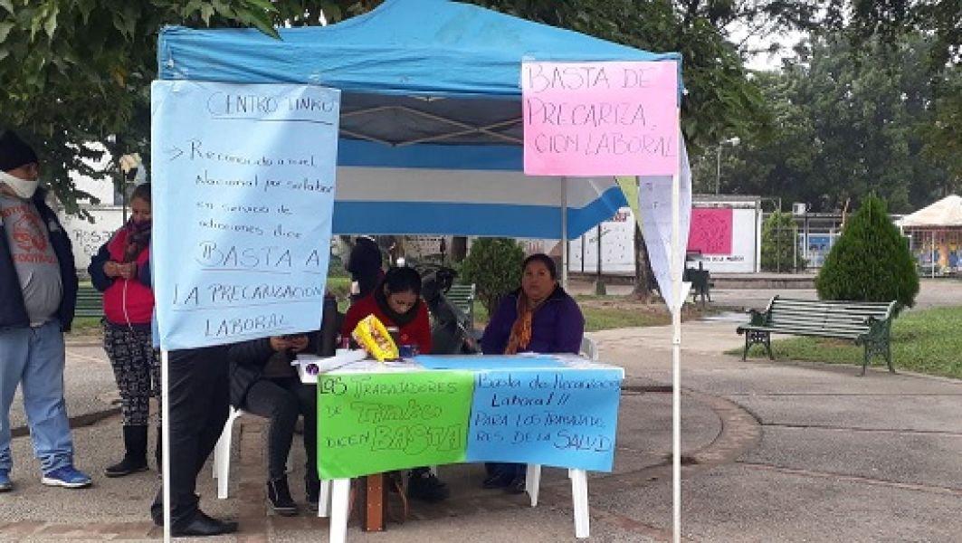 Los empleados se instalaron en la  Plaza de los Jóvenes de Orán. (Foto: FM Ciudad Orán).