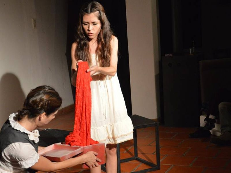 """Escena de """"La Alimana"""", con Coni Angerami, Gabi Ojeda y Monserrath De Las Montañas, dirigida por Cecilia Sutti, a escena el sábado 6 de junio."""