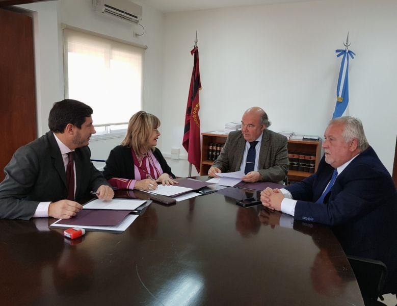 Sandra Bonari, Carlos Oliver y Guillermo  Catalano rubricaron el acuerdo.