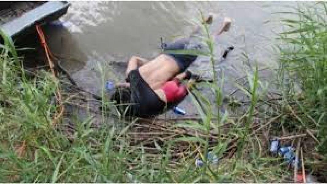 A orillas del Río Bravo, hayan los cuerpos de dos migrantes.