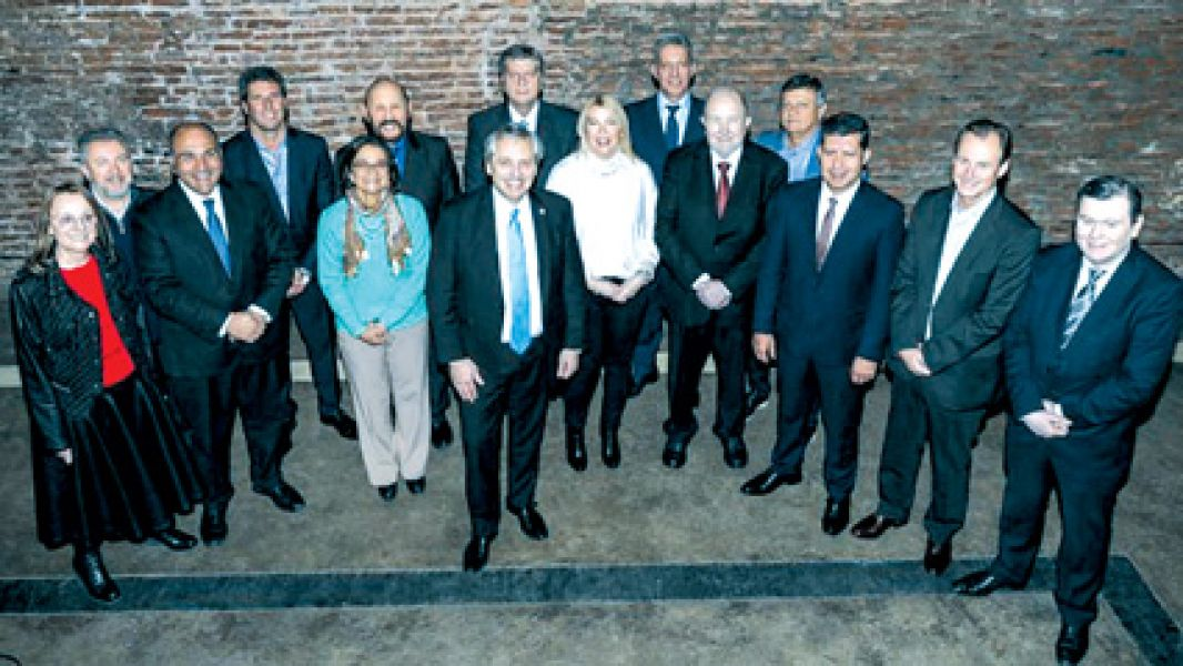 Alberto Fernández se mostró junto a una docena de gobernadores. El domingo comienza formalmente la campaña electoral.