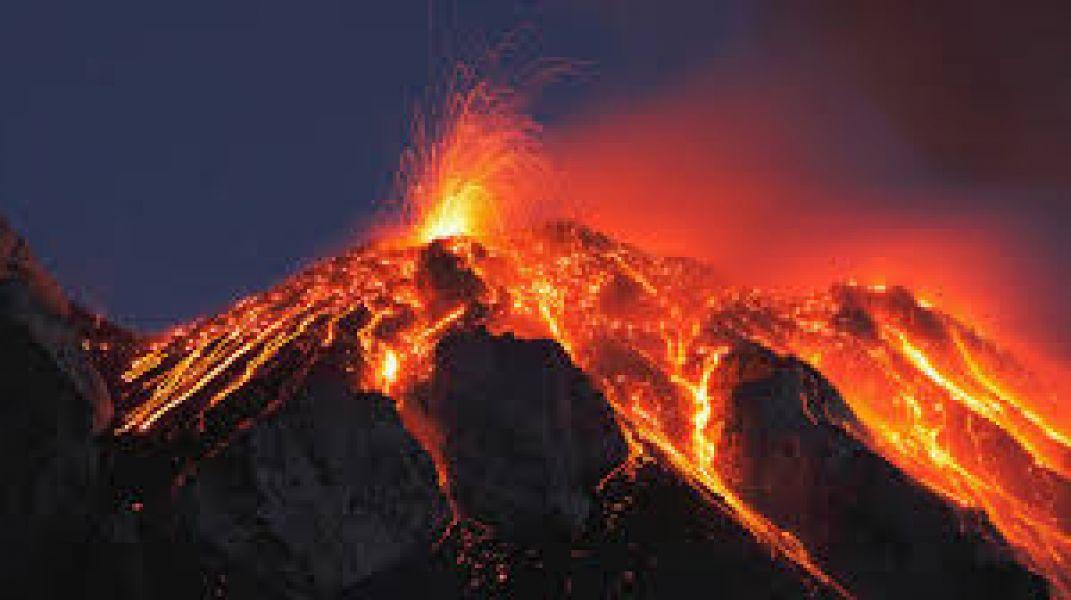 El volcán de Estrómboli esta ubicado en la ciudad de Sicilia en las islas Eolias.