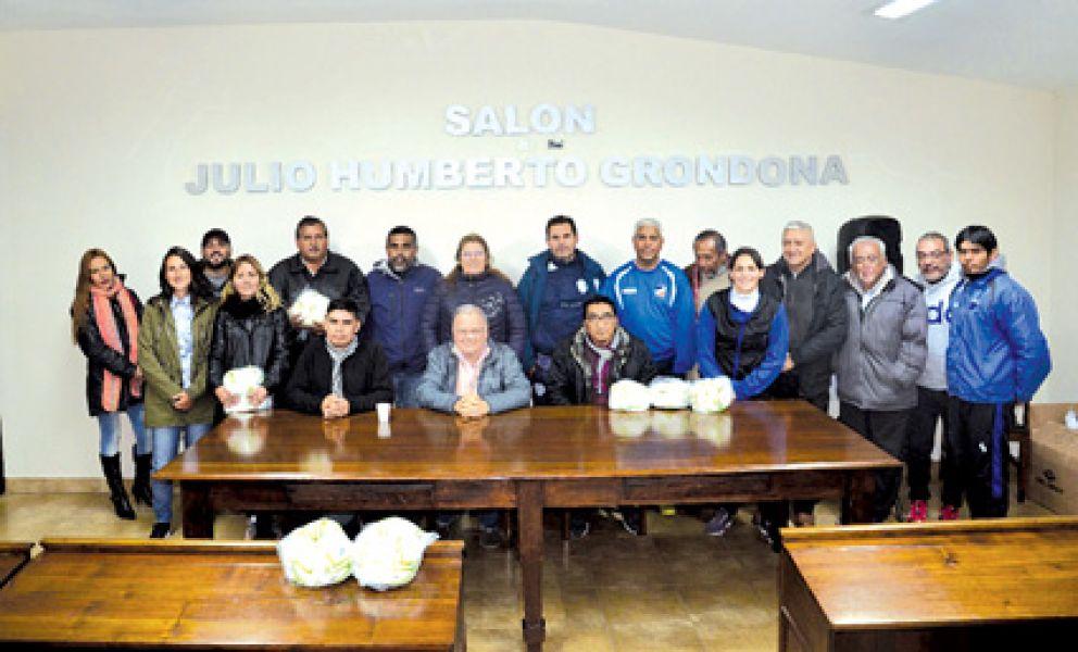 Dirigentes de la Liga entregaron pelotas a los clubes de fútbol femenino, Infantiles y seleccionados juveniles.