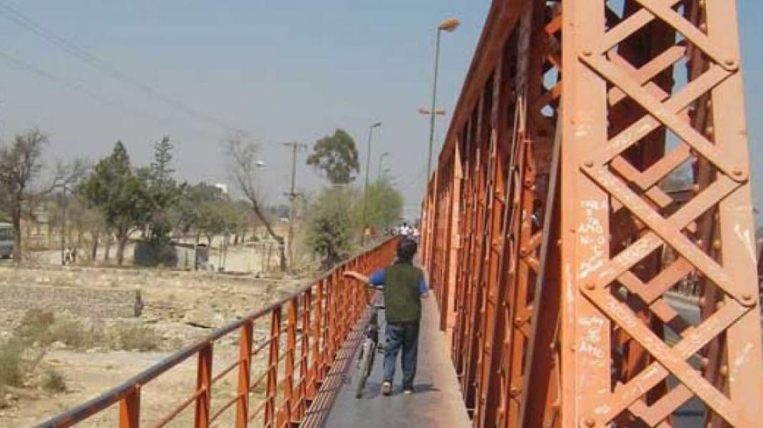 Actualmente el puente del río Vaqueros es el único acceso a la localidad de Vaqueros, La Calderilla y aledaños.