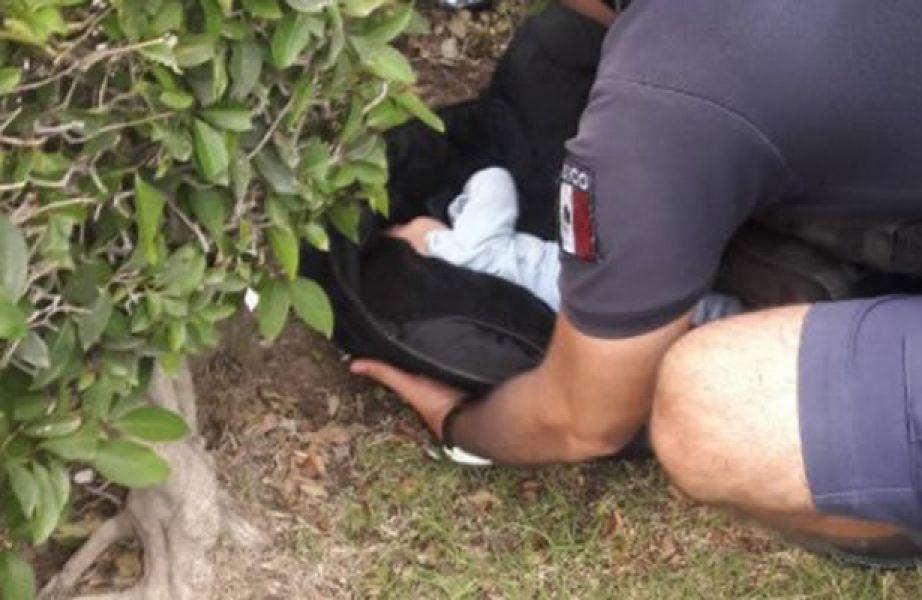 El bebe fue hallado gracias a que una mujer que pasaba por una cancha de barrio Palermo, escuchó su llanto.