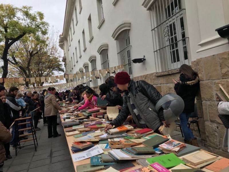 Además de encontrar todo tipo de libros por $100, en la esquina de las avenidas Belgrano y Sarmiento había, circo, foot trucks y música.