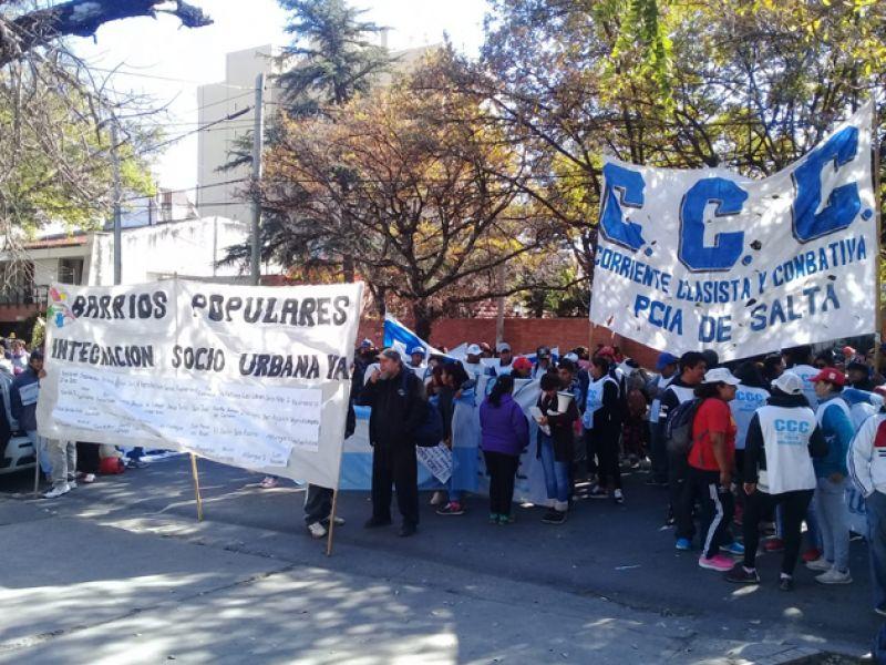 Vecinos marcharon y protestaron contra la precarización y el pedido de regulación dominial frente al IPV. (Foto FM Aries).