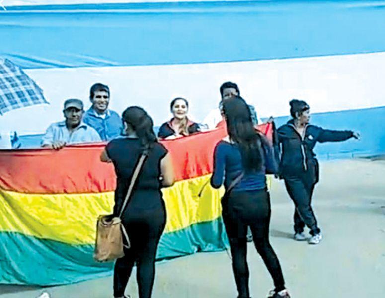 Hubo banderas de Argentina y Bolivia durante la reunión con funcionarios bolivianos en Pocitos.