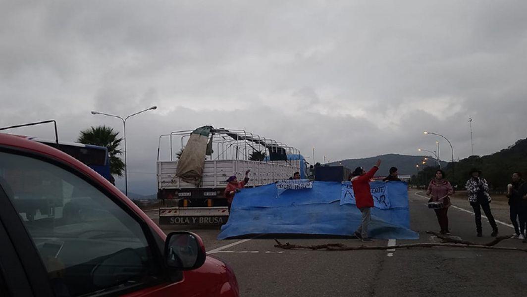 Los docentes autoconvocados realizaron también cortes intermitentes de ruta de ingreso a Salta, cerca de AUNOR.