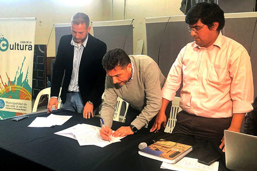 La firma del compromiso de iniciación de obras en un loteo entre el IPV y la intendencia de Metán.