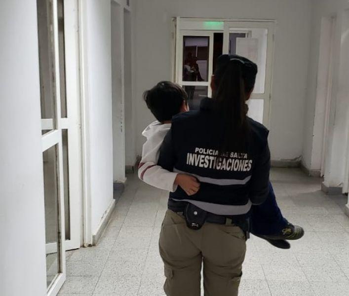 La policía realizó el traslado del niño tras su rescate en General Güemes.