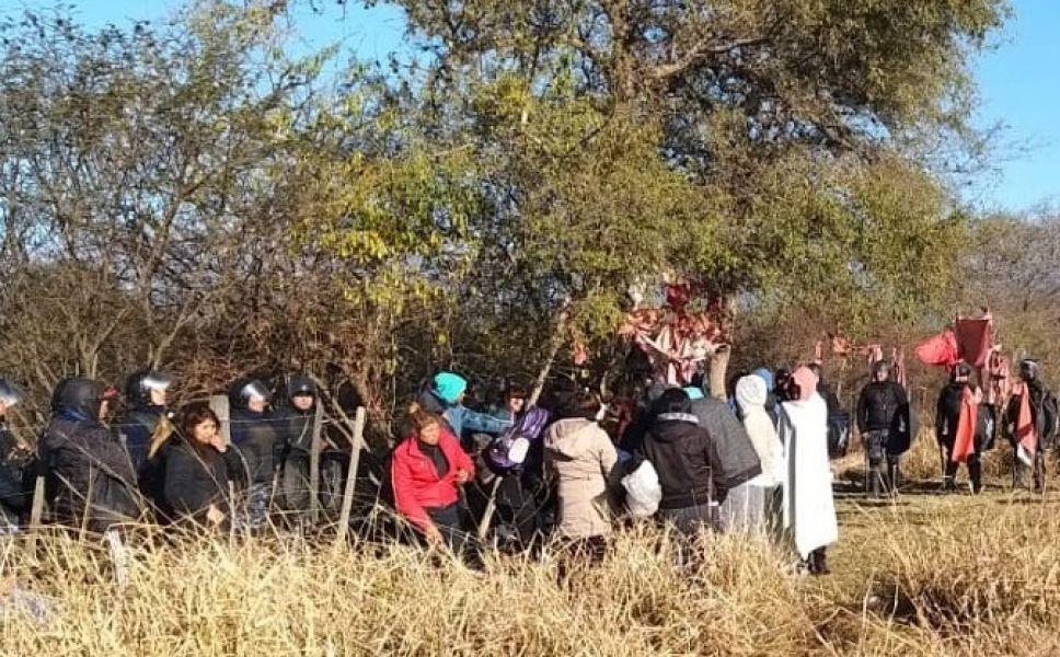La Policía logró despejar la zona que intentaba ser usurpada y detuvo a dos mujeres. En ese operativo tres policías resultaron lesionadas.