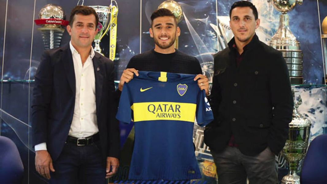 Salvio, con un dirigente y Nicolás Burdisso.