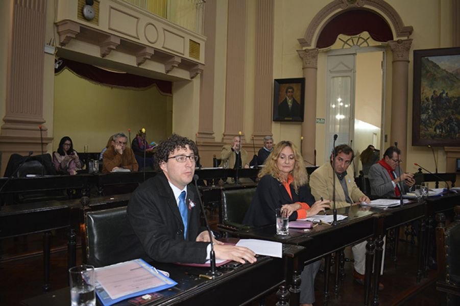 El senador Carlos Rosso expone durante la sesión del Senado Provincial.