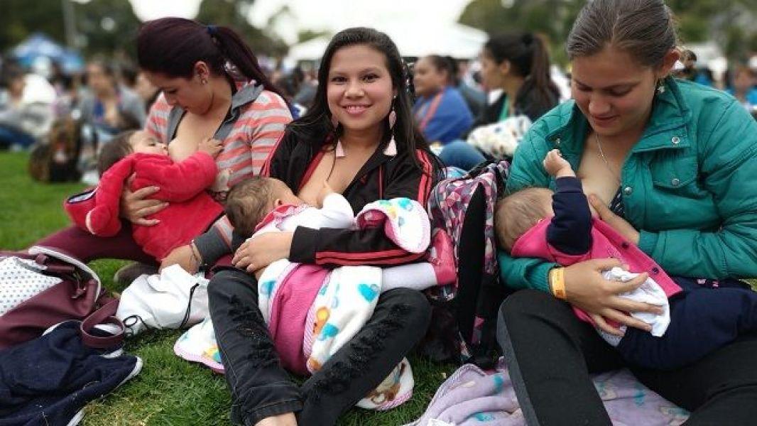 En el Parque de Bogotá se congregaron las mujeres a amamantar.