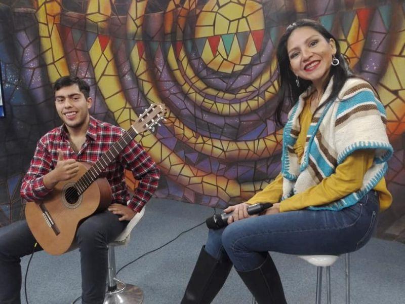 La cantante Lucía Guanca, junto al guitarrista Nicolás Vaca.