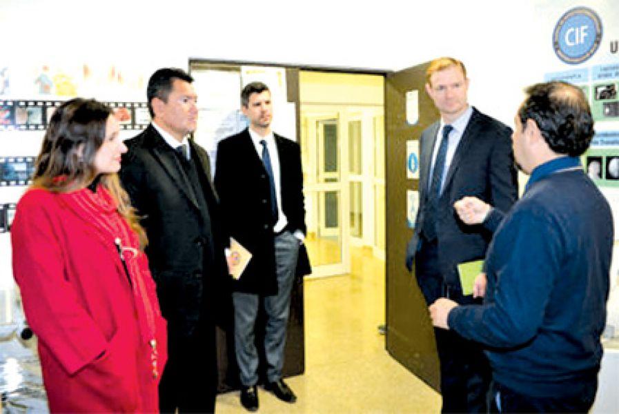 El procurador de la Provincia Abel Cornejo con funcionarios de Oficina Internacional Antinarcóticos y Justicia del Departamento de EE.UU.
