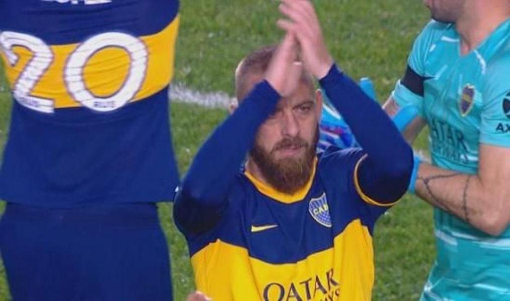 De Rossi aplaude, tras abrir el marcador anoche ante Almagro.