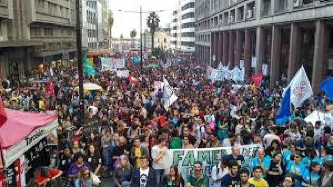 Protesta de los universitarios en Brasil, por el recorte en la educación. También por la reforma judicial y un reclamo de pueblos originarios.