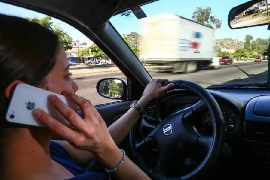 En Salta sería penado por ley conducir y hablar por teléfono móvil. Se prevé hasta 30 días de arresto y multas.