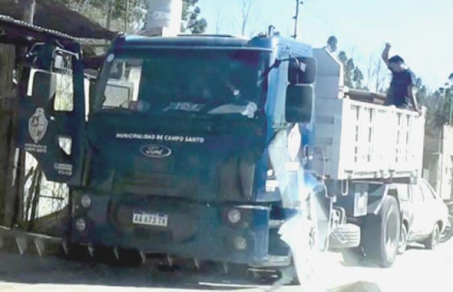 El camión municipal de Guemes en Campo Santo. Denuncian que empleados del municipio realizan labores en ese municipio.