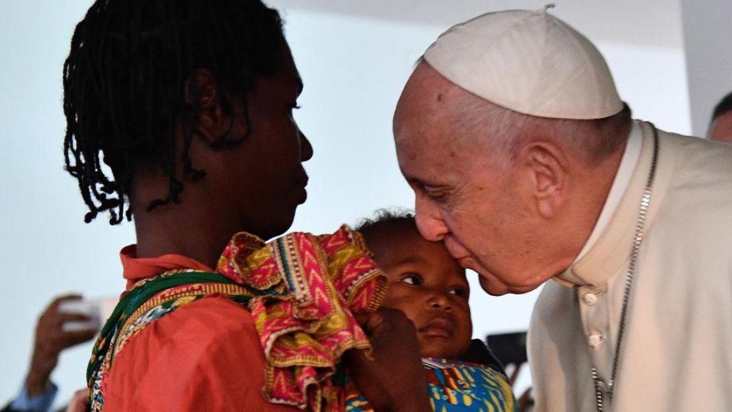 El Papa besa a una pequeña mozanbiqueña.