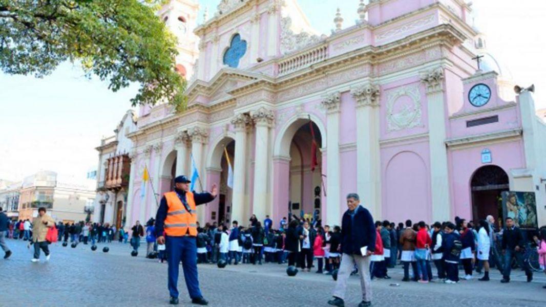 En los alrededores de la Plaza 9 de Julio, está dispuesto un operativo de tránsito durante la novena con restricciones.