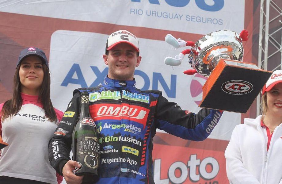Esteban Cistola festeja su 3º puesto en el podio del TC Pista.