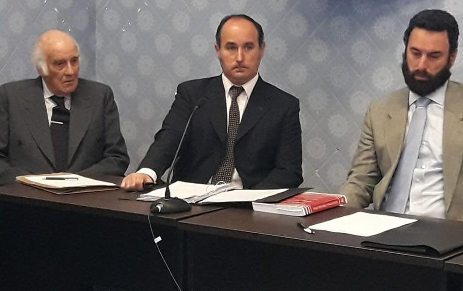 El ex juez federal Ricardo Lona junto a sus abogados Federico Rodríguez Spuch y Nicolás Ortíz, escuchan los alegatos.