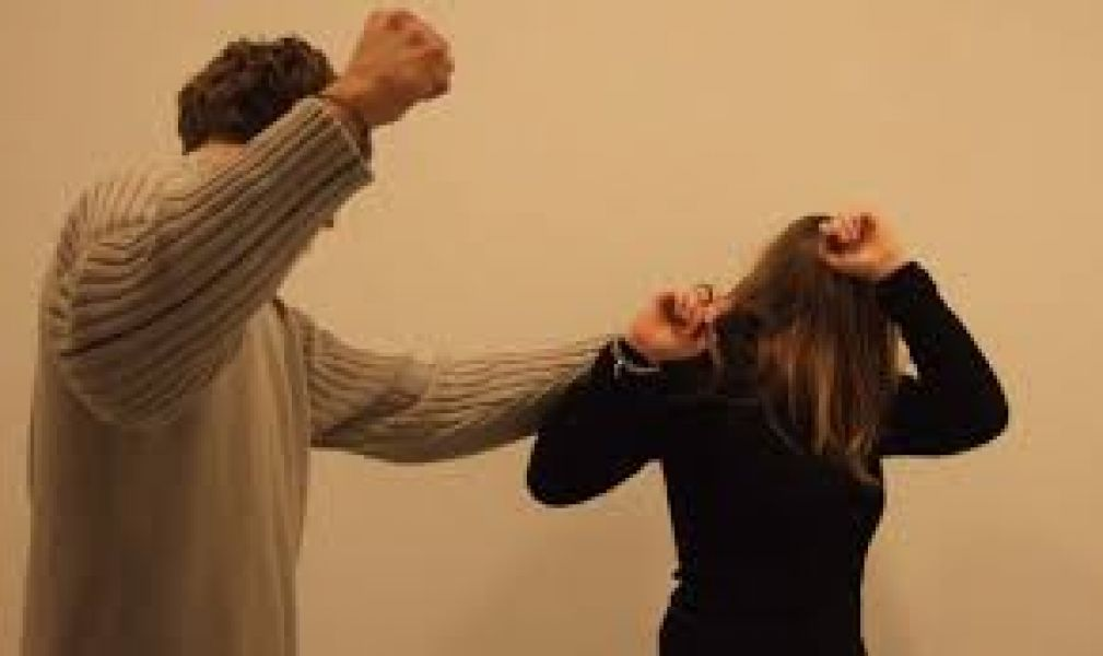 El sujeto que agredió brutalmente a una mujer es un conocido de la víctima, quien le dijo que se trataba de un encargo.