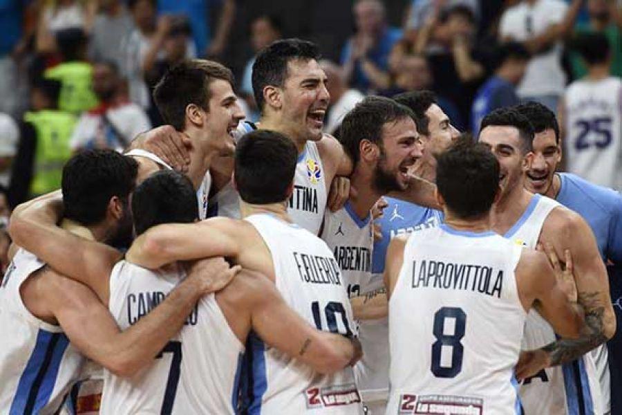 Un festejo a pura emoción. Argentina logró un triunfo brillante sobre Serbia, uno de los candidatos, y clasificó por cuarta vez a una semifinal Mundi