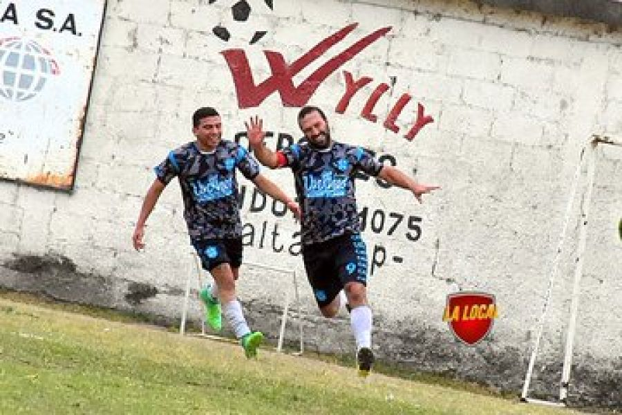 El festejo de Perillo, que marcó dos goles ayer. Gentileza: La Local