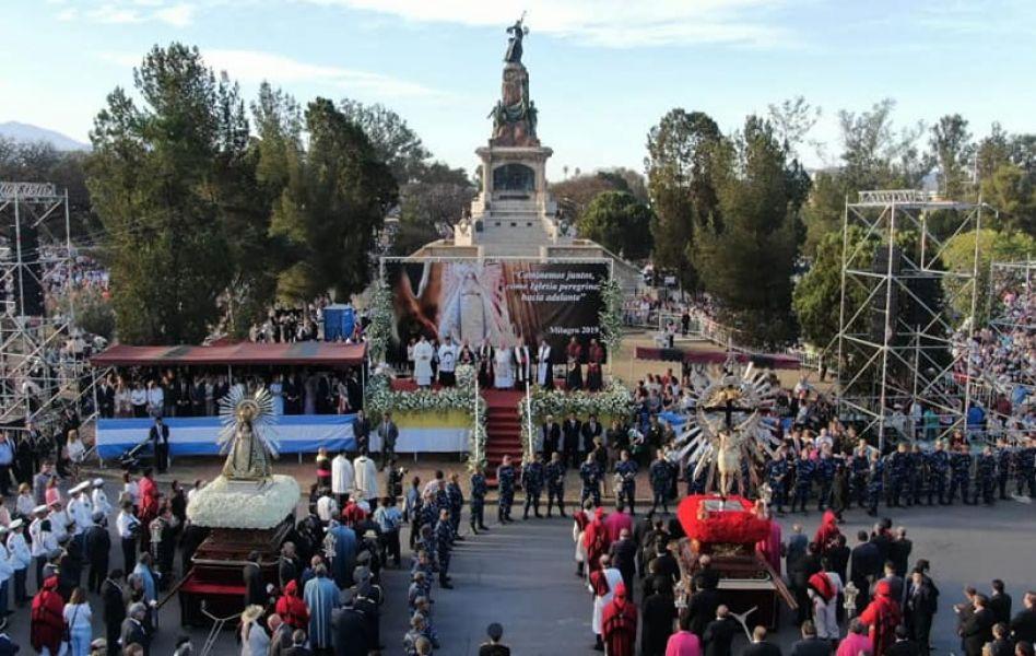 El Pacto de Fidelidad culminó en el Monumento 20 de Febrero. Sobre la concurrencia se habló de entre 600 y 800 mil personas.