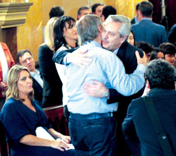 Alberto Fernández y Juan Schiaretti se abrazaron en el homenaje a De la Sota, pero después le dejó un duro mensaje.