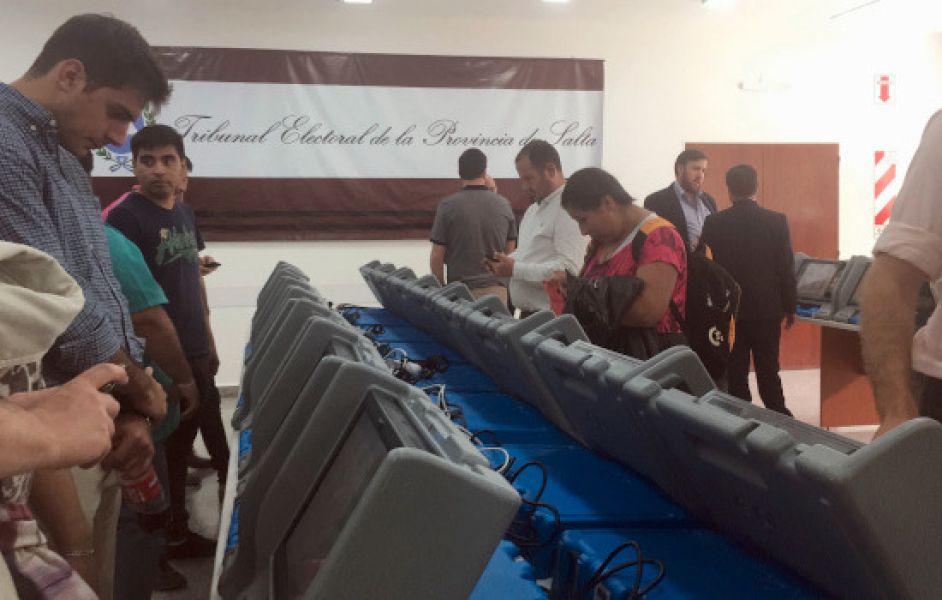 Las pantallas fueron exhibidas a los apoderados y precandidatos de las listas tanto para cargos ejecutivos como legislativos de las PASO.