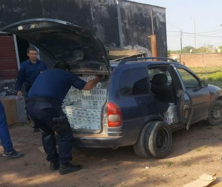 Uno de los vehículos interceptados con contrabando de cajas de cigarrillos por la Policía de General Pizarro.