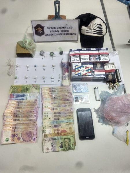 Secuestraron 942 dosis de marihuana y 75 de cocaína, dinero en efectivo y otros elementos de prueba para la causa.
