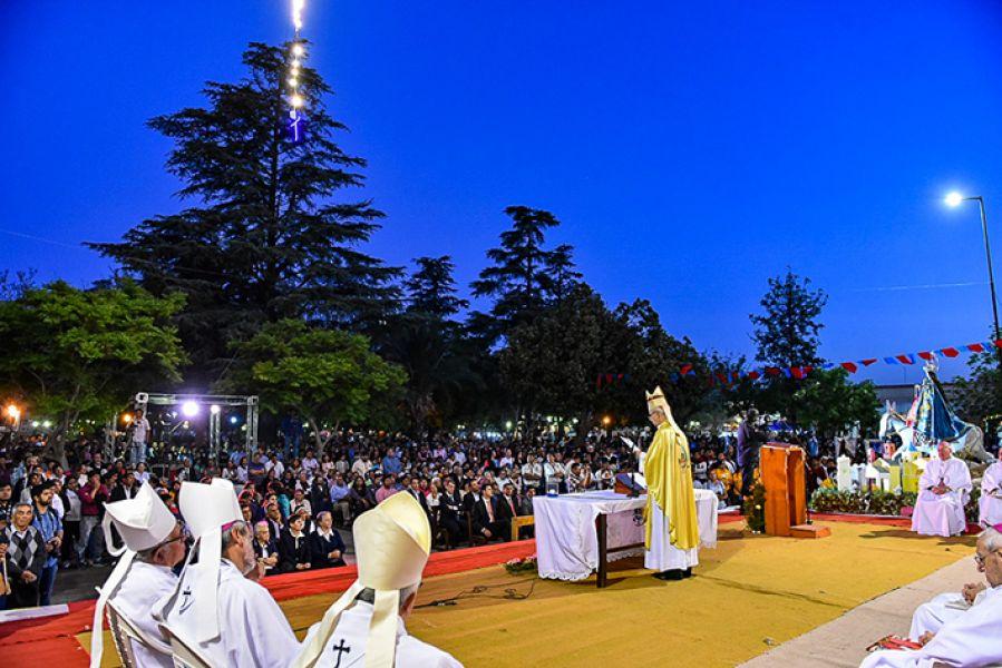 Miles de personas en la ceremonia presidida por el obispo José Jiménez en los actos conmemorativos por los 50 años de la Prelatura de Cafayate.