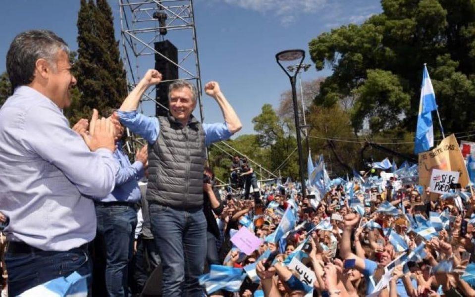 Macri lideró una caravana hasta la plaza Independencia donde habló al público desde un escenario montado frente a la Iglesia Catedral.