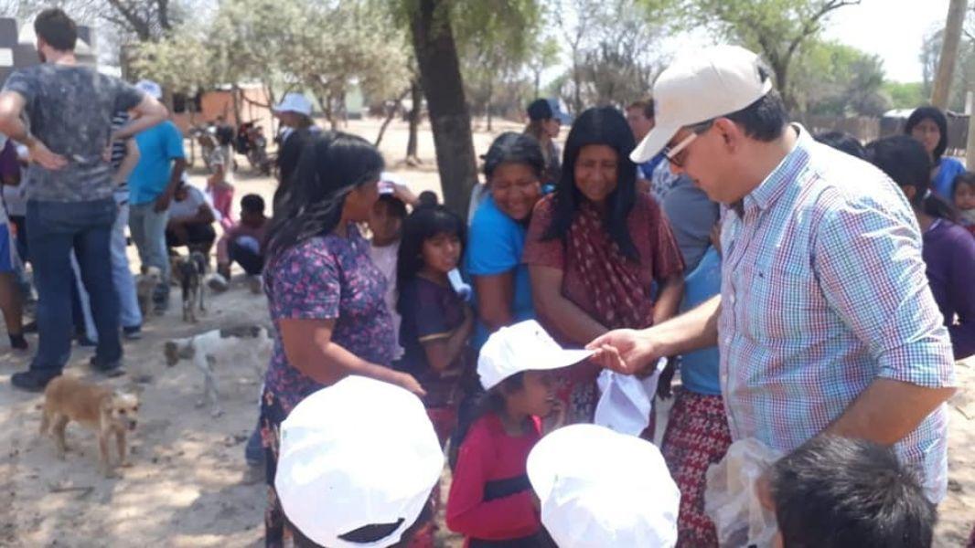 Una de las fotos que el diputado Ramón Villa, presentó como prueba de la entrega de bolsones PAS, remeras y gorras de Sáenz y Lavagna.