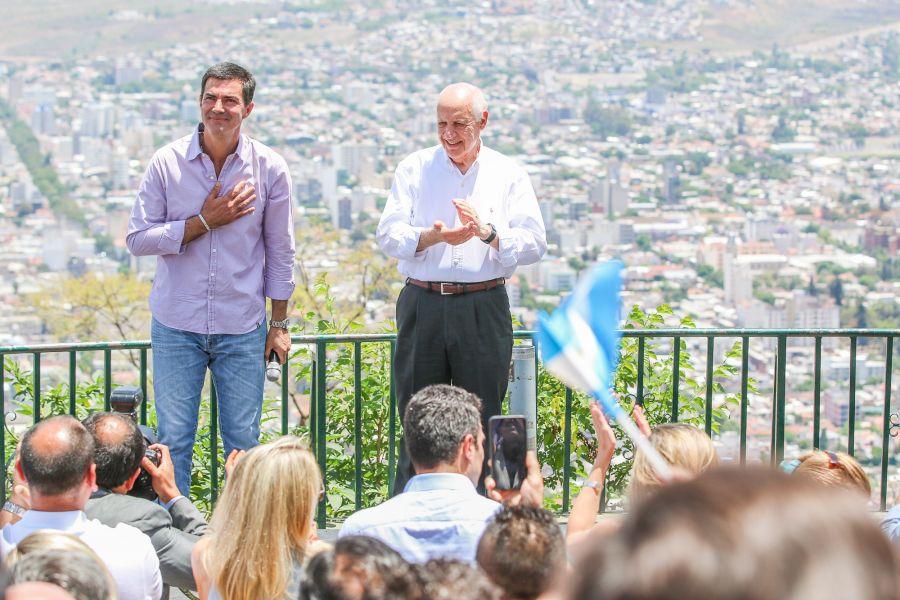 La vista desde el Cerro San Bernardo de la ciudad de Salta y al frente los candidatos de Consenso Federal en el cierre de su campaña.