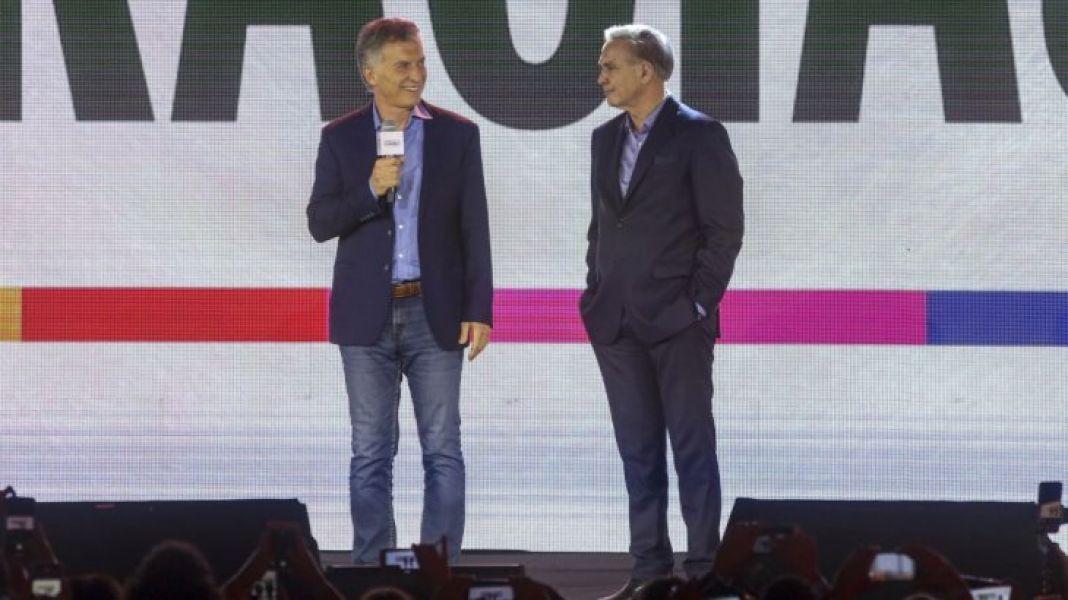 Macri junto a su compañero de fórmula Miguel Pichetto. El presidente reconoció su derrota y anunció que invitó a desayunar a Fernández este lunes.