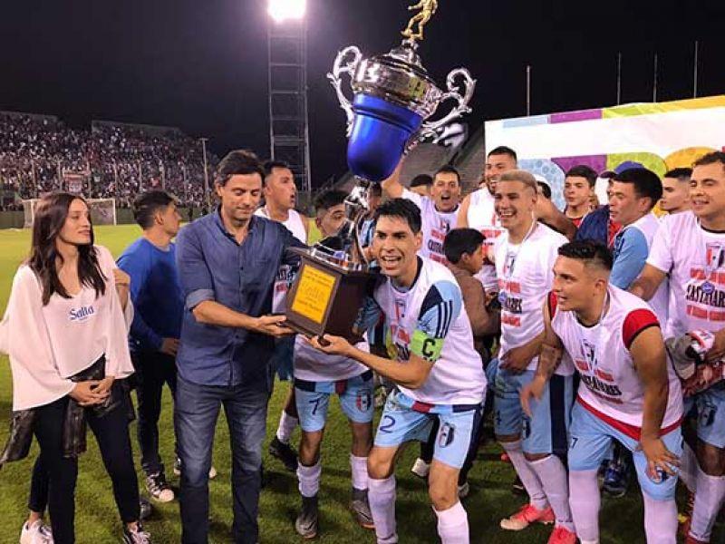 Castañares alzando la Copa de Campeones.