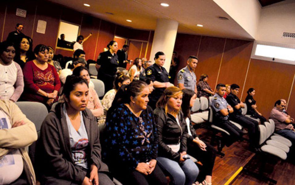 Familiares de las víctimas siguen con atención la lectura del veredicto.