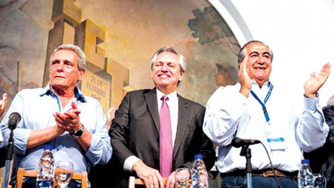 El electo presidente rodeado por Rodolfo Acuña y Héctor Daer conductores de la CGT.