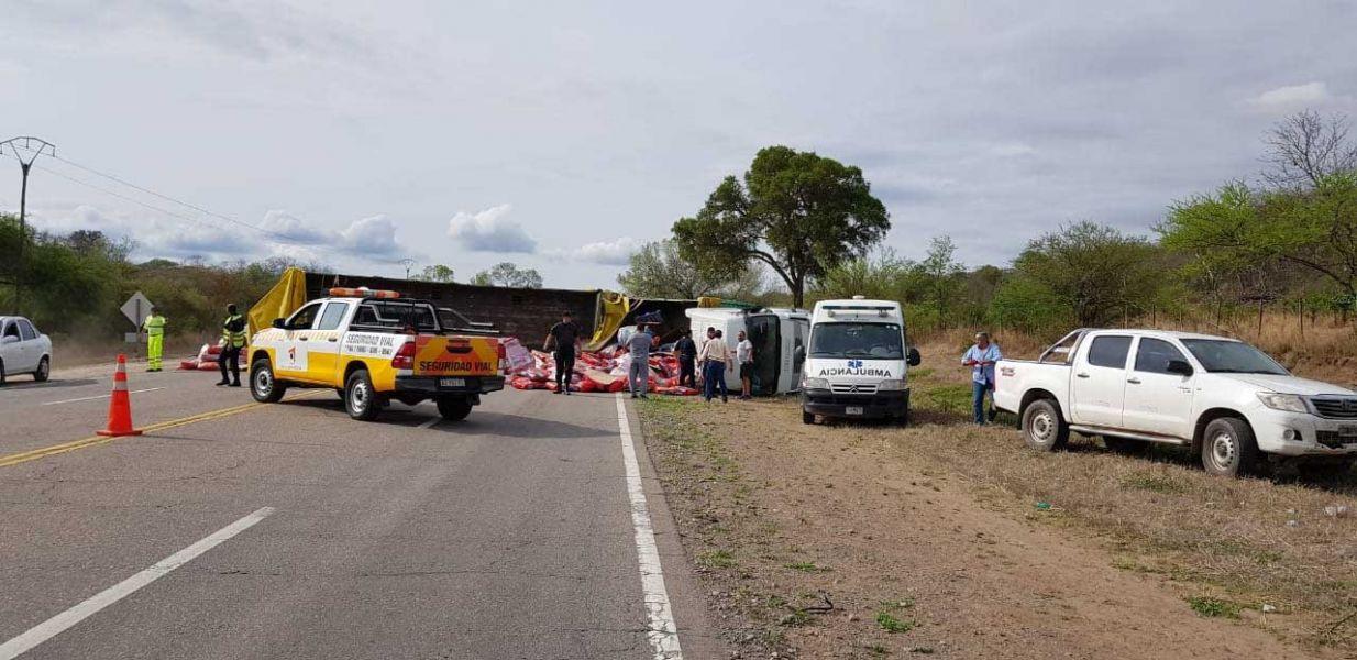 El camión que volcó interrumpió el tránsito en la la ruta 34 camino a Güemes.