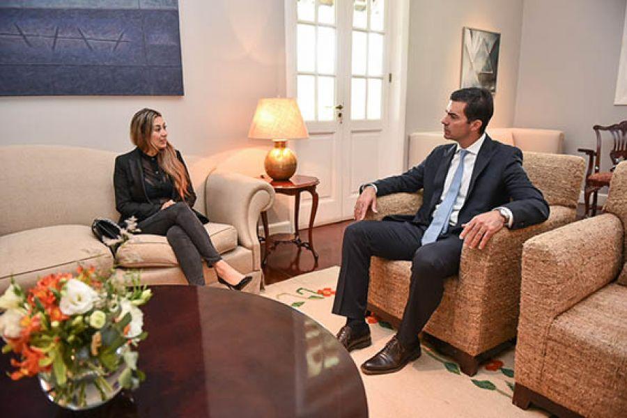 La cónsul de Bolivia en Salta, Jacqueline Mendieta con el gobernador salteño, quien le expresó su solidaridad.